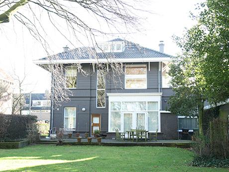 De achterzijde van de villa